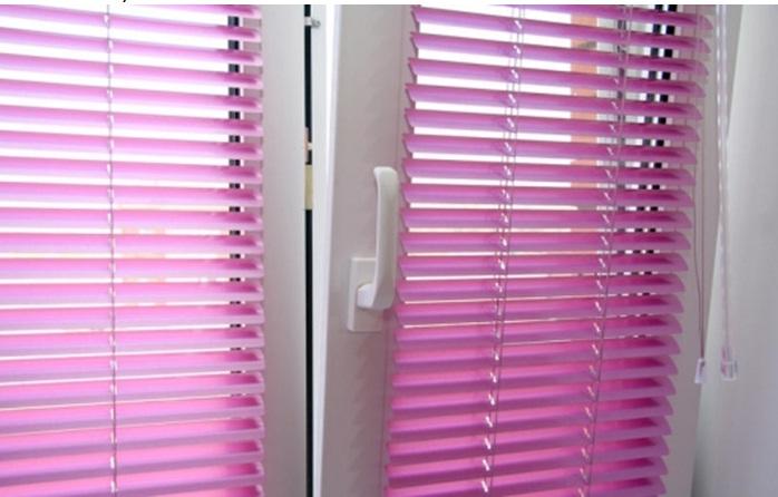 Горизонтальні жалюзі на вікні ПВХ